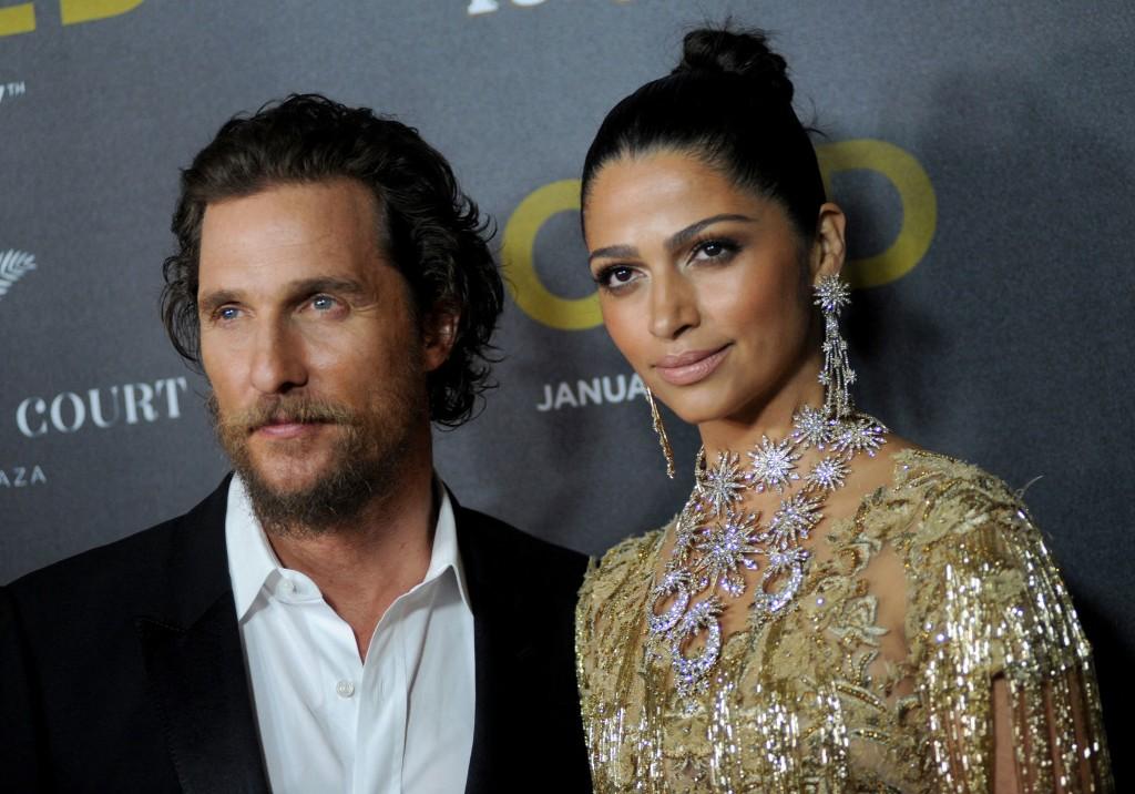 Matthew McConaughey et son épouse Camila ont livré 100 000 masques aux hôpitaux reculés du Texas - Elle