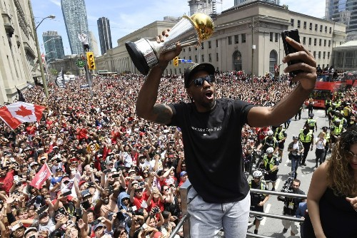 Kawhi Leonard sets Toronto abuzz with reported airport arrival
