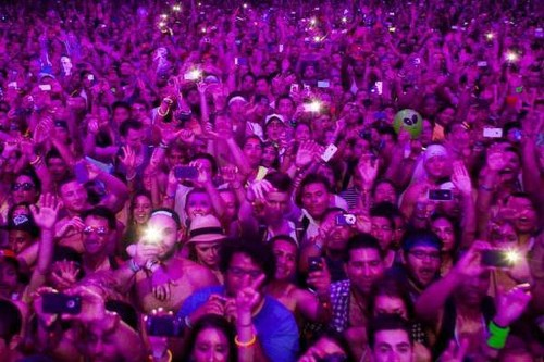 The 10 Commandments of smartphone use during concerts - Los Angeles Times
