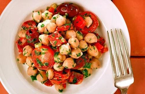 Recipe: Chickpea salad with chorizo (Garbanzos aliñados con chorizo)