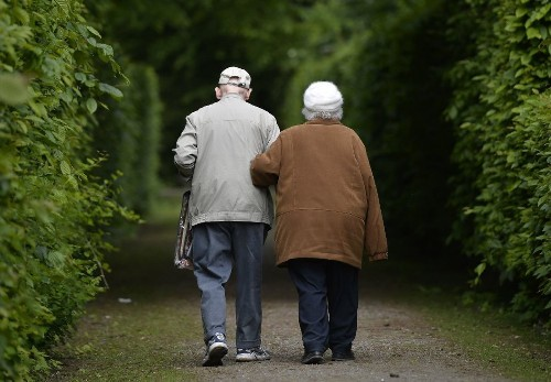 Why do women outlive men? Science zeroes in on answer - Los Angeles Times