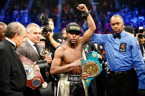 Floyd Mayweather Jr. defeats Manny Pacquiao