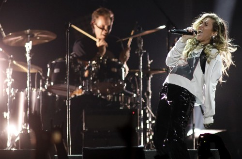 Review: Why Miley Cyrus belonged at this Chris Cornell tribute concert - Los Angeles Times