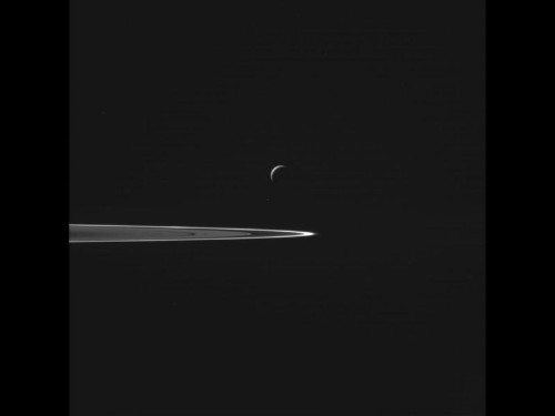 After diving deep through icy geysers, Cassini sends images of Enceladus