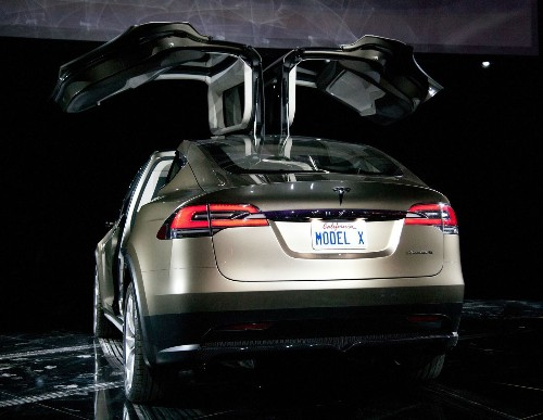 Tesla reports third-quarter loss; promises 'hundreds' of Model X SUVs soon - Los Angeles Times