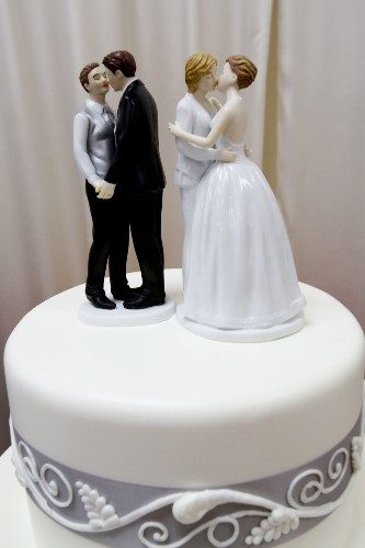 Former Oregon bakery owners must pay $135,000 for denying lesbians wedding cake