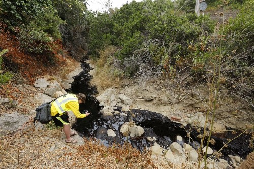 Cleanup efforts under way to remove thousands of gallons of oil following Ventura spill
