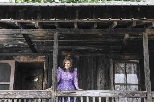 Yes, Loretta Lynn is 83, but she has a new album, 'Full Circle,' and no plans to retire - Los Angeles Times