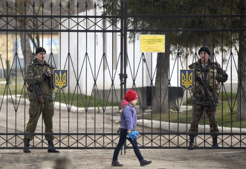 Russia denies calling shots in Ukraine's Crimea standoff - Los Angeles Times