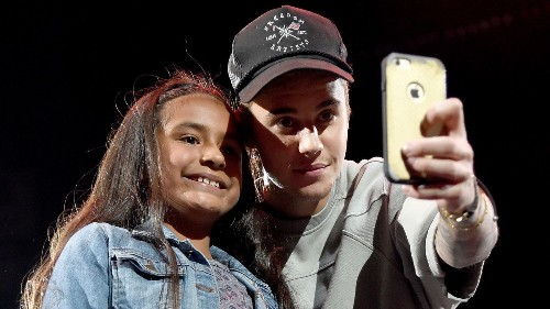 Justin Bieber feels 'like a zoo animal,' is 'done' taking pictures with fans - Los Angeles Times