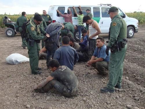 Border Patrol agent shoots at armed militia member in Texas - Los Angeles Times
