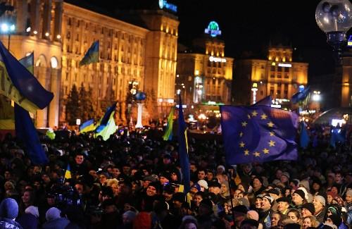 Thousands protest after Ukraine shelves European Union deal - Los Angeles Times