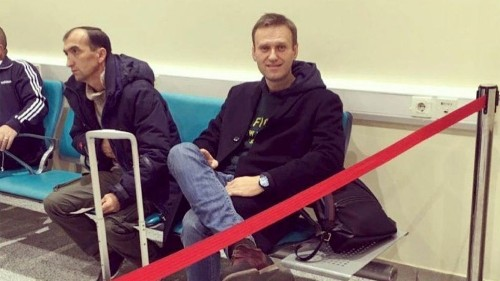 Putin foe Alexei Navalny stopped at airport, barred from leaving Russia - Los Angeles Times