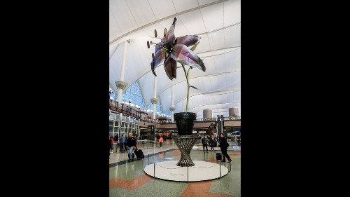 The ultimate selfie? You and a 28-foot-tall lily at Denver's airport - Los Angeles Times