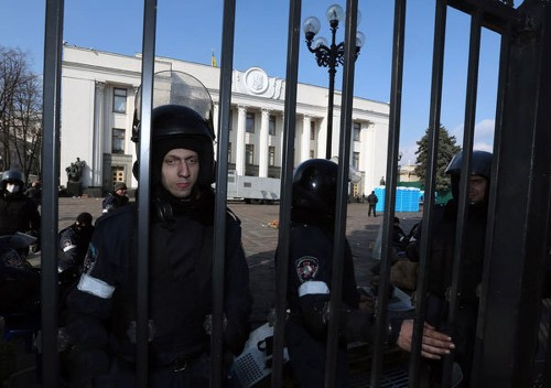 Ukraine president seeks to defuse crisis, calls for early elections