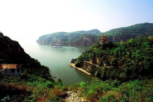 China: Explore the Three Gorges area on a Yangtze cruise