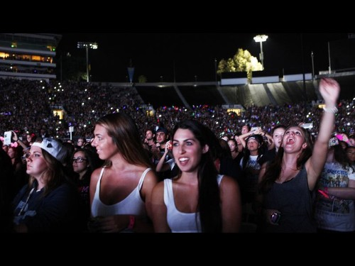 One Direction makes itself at home at the Rose Bowl