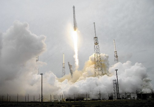 SpaceX gets closer to making a reusable rocket, sues Air Force
