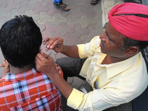 India's traditional ear de-waxing business is waning - Los Angeles Times