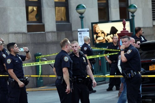 Security guard killed when gunman opens fire at New York City federal building - Los Angeles Times