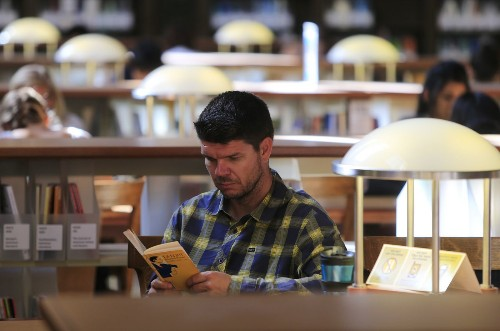 Reading a novel exercises 'muscles' in the brain, researchers find