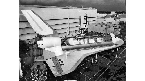 From the Archives: Downey space shuttle mockup displayed in 1975 - Los Angeles Times