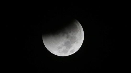 Total lunar eclipse meets supermoon Sunday night - Los Angeles Times