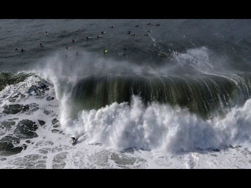 Powerful waves damage Ventura Pier as high surf pounds Southern California for a 2nd day - Los Angeles Times