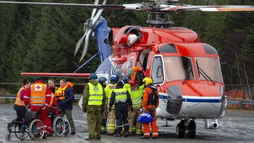 Tugs tow Norway cruise ship after 463 passengers are rescued by helicopter