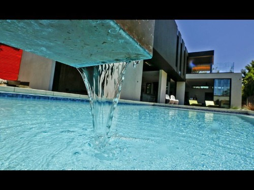 Pools still raise a home's value—in L.A., the average bump is $95K