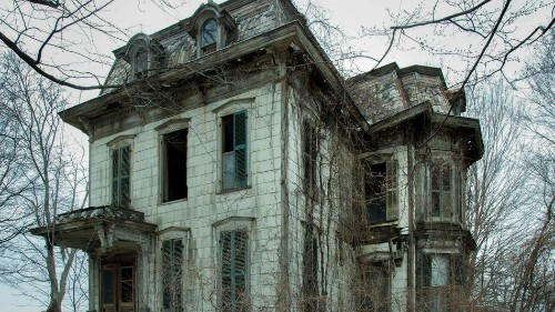 16 chilling photos of haunted houses just in time for Halloween