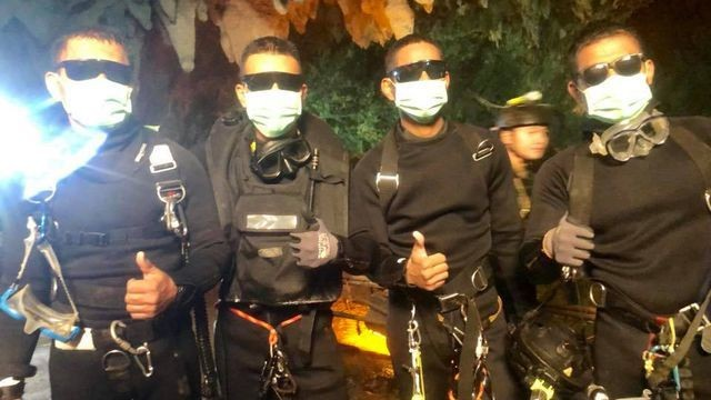 Badass photo shows 4 Thai Navy SEALs who stayed with boys stuck in cave
