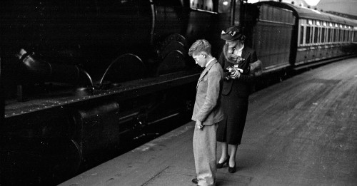 1938: British children reluctantly go back to school by train
