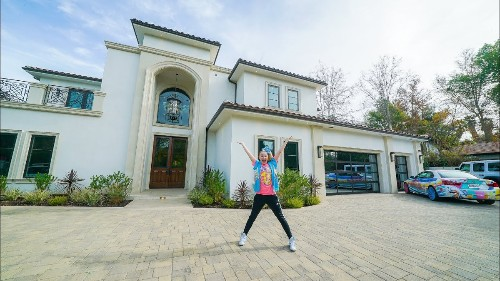JoJo Siwa takes us on a tour of her mansion and it is... a lot - Culture
