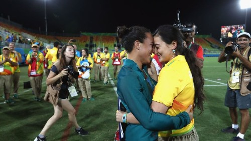 Rio staffer proposes to her girlfriend on the rugby field and get ready to cry