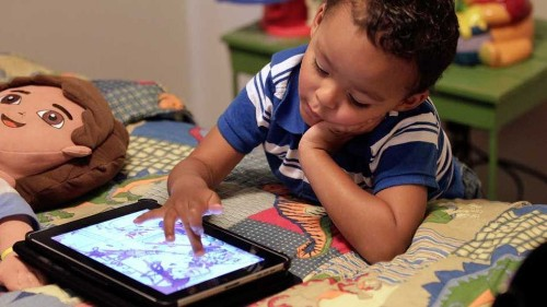 Experts: Smartphones and iPads are OK for early developing children