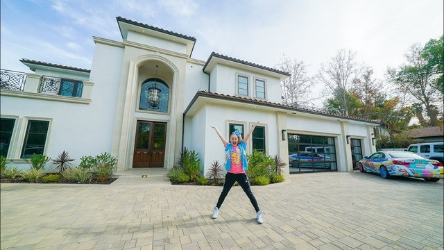 JoJo Siwa takes us on a tour of her mansion and it is... a lot