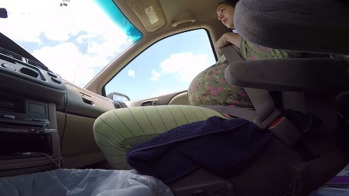 Badass woman gives birth in a car; chill dad films the whole thing