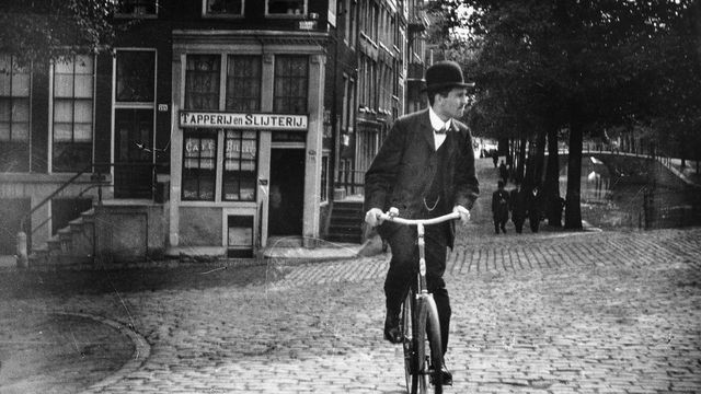 An Impressionist painter's gritty street photos of Amsterdam circa 1900