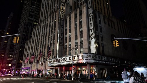 When the blackout hit NYC's famed theater district, some shows took to the streets