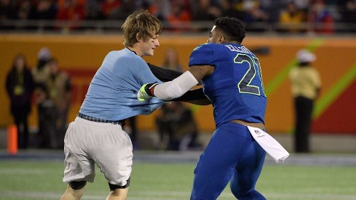 Ezekiel Elliot absolutely destroyed a fan who rushed the field at the Pro Bowl