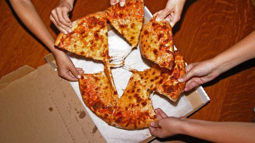 Canadian air traffic controllers send pizza to U.S. colleagues working without pay