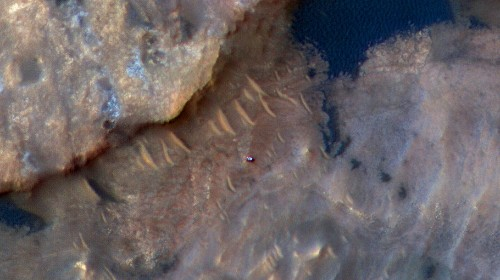 See Pic: Curiosity Rover Seen Creeping Up a Rugged Martian Mountain