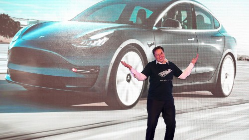 U.S. Senator calls out Tesla over safety issues involving 'misleading' Autopilot feature