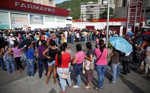 Venezolanos se quedan sin Coca Cola, papel de baño y condones