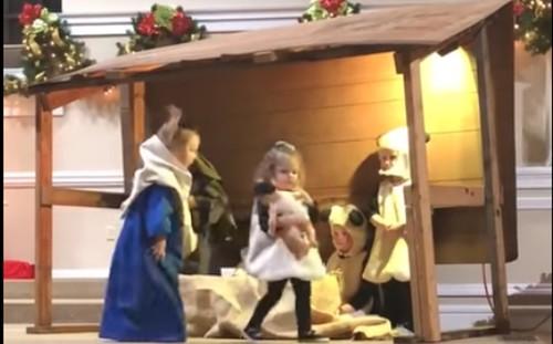 """María y un """"borreguito"""" se pelean por el niño Jesús"""