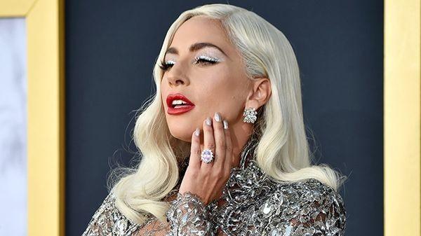 """Lady Gaga festeggia l'uscita di """"Rain On Me"""" con un epico underboob"""
