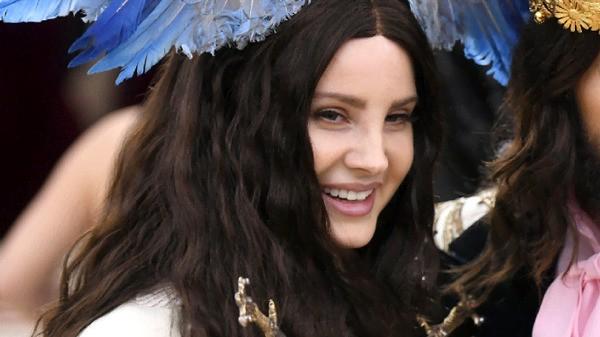 """Lana Del Rey: il nuovo album si intitolerà """"Chemtrails Over The Country Club"""" e uscirà a settembre"""