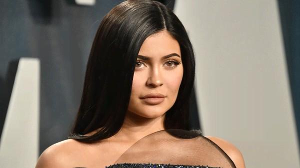 Le unghie dell'estate per Kylie Jenner? French manicure, ma che sia arcobaleno o neon