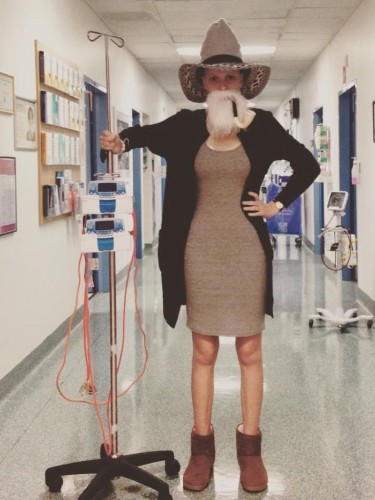 Cancer Patient Spreads Joy to Others in Chemotherapy through Funny Photos with IV Pole